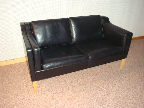 Børge Mogensen. 2 seater couch model, the 2213th upholstered in black leather elegance, 5 years old is in good condition, 5000 m2 showroom