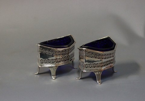A set of delicate salt bowls in silver plate and dark blue glass. 5000m2 showroom.