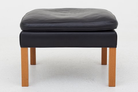Børge Mogensen / Fredericia Furniture BM 2202 - Foot stool in black leather and legs in mahogany 1 pc. in stock Good, used condition Location: KLASSIK Flagship Store - Bredgade 3, 1260 KBH. K.