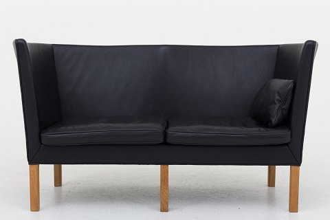 Børge Mogensen / Fredericia Furniture BM 2214 - Reupholstered 2-seater sofa in black Savanne leather and legs in oak. KLASSIK offers upholstery of the sofa in fabric or leather of your choice. Availability: 6-8 weeks