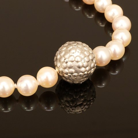 Ole Lynggaard: Pearl necklace with 14kt gold snap. D: 1,4cm
