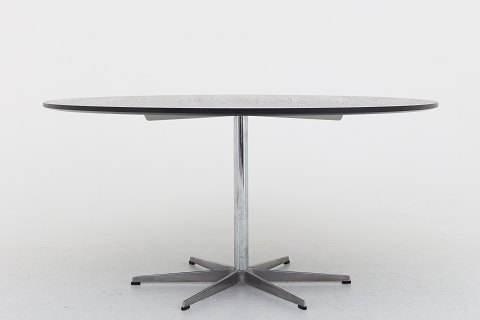 Arne Jacobsen / Fritz Hansen Round dining table on 6-pass foot and black-table top 1 pc. in stock Good condition Location: KLASSIK Flagship Store - Bredgade 3, 1260 KBH. K.