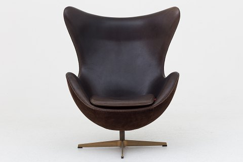 "Arne Jacobsen / Fritz Hansen AJ 3316 - ""Golden Egg"". 50th Anniversary Edition. Upholstered in brown Elegance leather and brown Elegance suede. Foot in hand polished bronze. Only 999 produced. 1 pc. in stock Good condition"