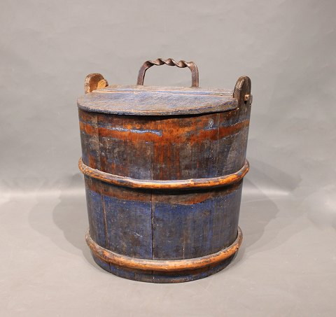 Antique wooden case with lid and original paint from around the 1780s. 5000m2 showroom.