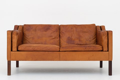 Børge Mogensen / Fredericia Furniture BM 2212 - 2-seater sofa in patinated natural leather and legs in walnut. 1 pc. in stock Original condition Location: Roxy Klassik Showroom - Jorisvej 11, 2300 KBH. S.