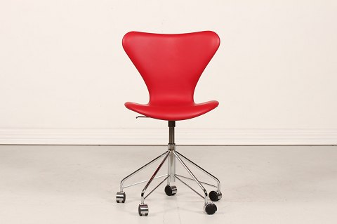 Arne Jacobsen 7 swivel chair with red leather