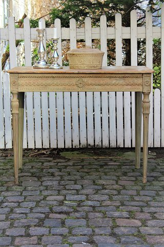 Swedish Gustavian console table from the first half of the 1800s with fine carvings...