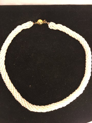 Pearl necklace 6 row twisted with gold plated lock. Thickness 8 mm. beads thickness: 3.2 mm. length: 42.5 cm. contact Phone +4586983424