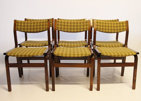 A set of six dining room chairs in rosewood and upholstered with yellow checkered fabric, of danish design from the 1960s. 5000m2 showroom.