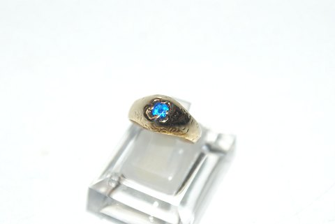 Elegant lady ring with blue stones in 14 carat gold