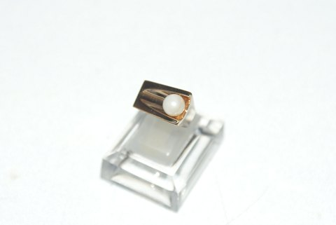 Elegant ladies ring with pearl in 14 carat gold