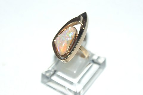 Elegant ladies ring with opal in 14 carat gold