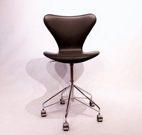 """Seven"" office chair, model 3117, without armrests and swivel function in black leather by Arne Jacobsen and Fritz Hansen."