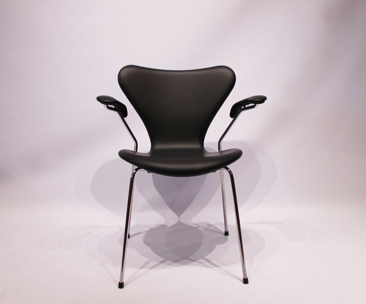 Seven chair, model 3207, with armrest in black classic leather by Arne Jacobsen and Fritz Hansen. 5000m2 showroom.