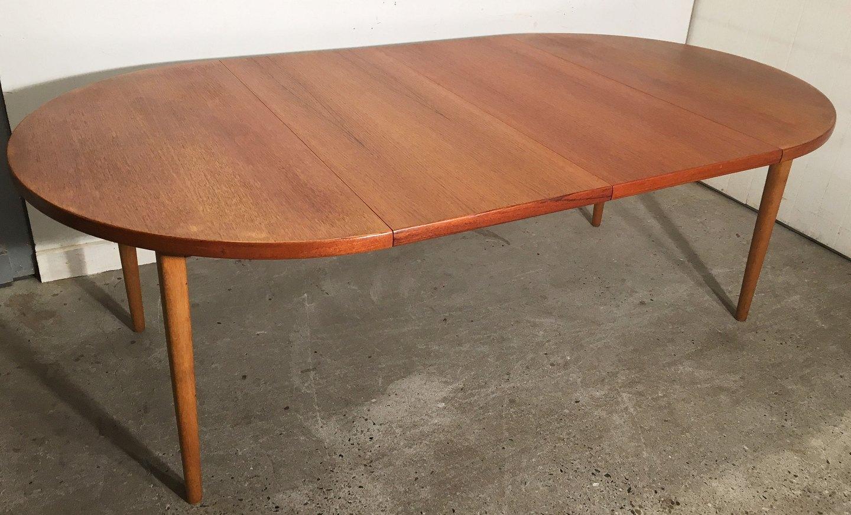 WorldAntique.net - Around dining table .